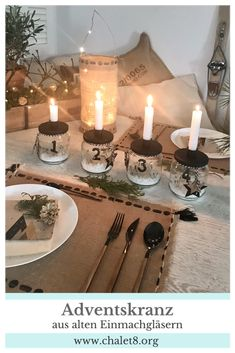 DIY: Adventskranz basteln . Ausgefallene Adventskranz Idee ohne Tanne mit alten Einmachgläsern für einen kuscheligen Advent und Winter. Skandinavischen Adventskranz selber machen aus Gläsern. Zero Waste. #chalet8 #adventskranz #advent #selbermachen #zerowaste Diy Upcycling, Dinner Is Served, Christmas Wreaths, Table Settings, Crafty, Table Decorations, Winter, Home Decor, Couple Crafts
