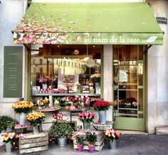 Au nom de la Rose The quaint store in Paris that sells only roses: Au nom de la Rose It's now a fantastic global franchise too! But oh, it's adorable when you encounter it in Paris. Flower Shop Design, Flower Shop Decor, Tee Shop, Model Foto, Belle Villa, Lovely Shop, Flower Market, Flower Shops, Shop Fronts