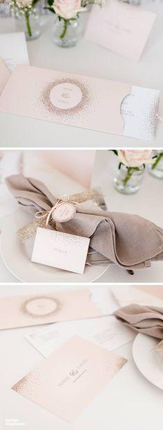 Elegante Hochzeitspapeterie in Apricot mit goldenen Akzenten. Die Hochzeitseinladung aus der Serie 'Glanzvoll' ist eine Einsteckkarte, auf der eure Gäste alle Informationen entdecken.