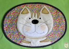 Jogo americano infantil modelo de Gatinho. Feito de tecido de algodão, aplicado, pintado à mão e quiltado, muito macio e gracioso.  $46,00