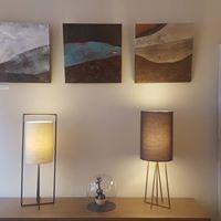 Deux lampes OLT et COMPAS posées sur meuble CADRA MEUDON et avec autour les œuvres d'Anne d'Autruche.