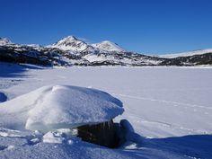 Lac gelé dans les Pyrénées Catalanes