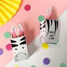 Traktatie zebra printable | Trakteren | Typisch Mies Jungle Party, Cards, Map, Playing Cards, Maps