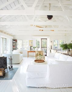28 Spaces That Prove Natural Light Is A Room& Best Friend A key element to consider when decorating, natural light can make everything look better, brighter and more beautiful. Get bright and airy decorating ideas. Interior Design Living Room, Living Room Decor, Living Spaces, Living Area, Living Rooms, Beach Cottage Style, Lakeside Cottage, Coastal Cottage, Beach Cottages