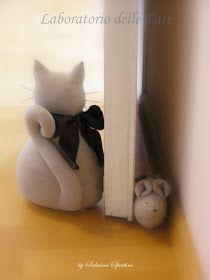 Vorrei raccontarvi la storia di questi topolini :            Avevo assolutamente bisogno di qualcosa che bloccasse la porta affinc...