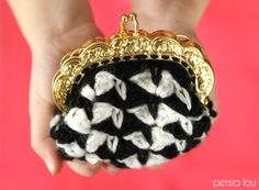 Learn how to make a pretty crochet coin purse. This free crochet pattern will walk you through how to make a pretty patterned coin purse. Coin Purse Pattern, Coin Purse Tutorial, Crochet Coin Purse, Crochet Purse Patterns, Wallet Pattern, Bag Patterns To Sew, Crochet Purses, Crochet Bags, Tote Tutorial