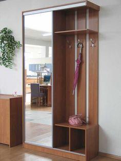 Прихожая - дверь закрывает только одну секцию и отодвигается в сторону открытых полок.