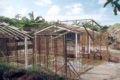 Estrutura dos viveiros Colunas metálicas achadas em ferro velho. Estrutura do telhado em eucalipto. Painéis treliçados de bambu para diminuir a insolação.