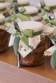 Bolo no pote de vidro com lembrancinha de chá de bebê Cupcake Packaging, Honey Packaging, Cute Packaging, Wedding Favors And Gifts, Baby Room Storage, Dessert In A Jar, Baby Kit, Safari Theme, Baby Shower Diapers
