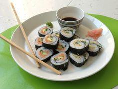 """Ik heb de sushi gemaakt uit de Snelle Vegetariër. De tomaten-cashewdip is heerlijk!!! Een paar extra gedroogde tomaten toegevoegd (en een tl tomatenpuree voor de kleur ;-). Ook een vulling gemaakt met de """"tonijn"""" van de Vegetarische Slager. Door de veg. tonijn wat periperisaus, een beetje mayo en citroensap. Ook zoals het recept de andere ingrediënten toegevoegd. Wasabi, gember en soja erbij, mmmm.... Dit was de 1ste keer dat ik zelf sushi maakte, maar ga het heel snel weer doen!!! Super…"""