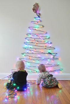 Un arbre en lumière pour Noel! 20 idées... Laissez-vous inspirer! Un arbre en lumière pour Noel. Très sympa ces lumières en forme de sapin de Noel non? Nous avons sélectionné pour vous aujourd'hui 20 idées créatives pour réaliser un arbre de...
