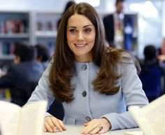 Kate Middleton Photos - Catherine, Duchess of Cambridge meets pupils in the library, during a visit to formally open Kensington Aldridge Academy on January 2015 in London, England. - Kate Middleton Opens the Kensington Leisure Centre — Part 2 Kate Middleton Pregnant, Kate Middleton Photos, Duke And Duchess, Duchess Of Cambridge, Herzogin Von Cambridge, Russell & Bromley, Princess Charlotte, Girl Crushes, How To Look Better