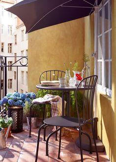 Der Balkon - unser kleines Wohnzimmer im Sommer mit Sonnenschutz