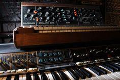 Der erste Minimoog, das Modell A erblickte Anfang 1970 das Licht der Welt. Es war aus Standard-Modulen des großen Moog-Systems zusammengesetzt und in erster Linie als kompakter, transportabler, analoger Live-Synthi für den damals noch recht kleineren Kreis der Studiomusiker konzipiert.