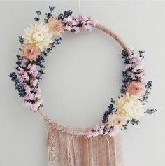 très belle idée comment décorer sa maison, attrape reve, déco florale, franges en dentelle