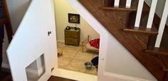 Le construyó un dormitorio bajo las escaleras a su perro y los detalles son…