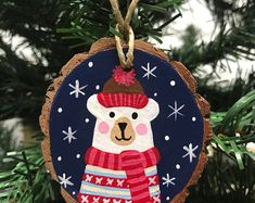 Eisbärenverzierung – My CMS Ornaments Design, Wood Ornaments, Christmas Tree Ornaments, Christmas Mom, Handmade Christmas, Wooden Christmas Decorations, Star Mobile, Theme Noel, Diy Weihnachten