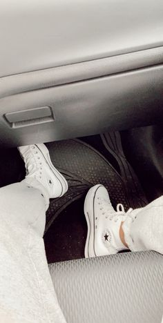 These white leather platform converse are so cute! They are so cute to dress up or down Mode Converse, Estilo Converse, High Top Converse Outfits, White High Top Converse, White High Tops, Converse Shoes, White Leather Converse, Custom Converse, Converse Chuck Taylor