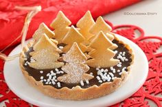 Ecco la Crostata per Natale al Cioccolato...Golosa, croccante fuori e morbida dentro e con una decorazione di tantissimi alberelli-biscotto.