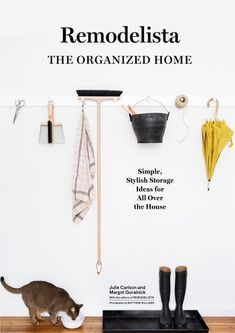 The team behind Remodelista.com shares over one hundred tips for creating an organized home using common everyday items, along with guidance on tackling problem zones and turning clutter into stylish design.