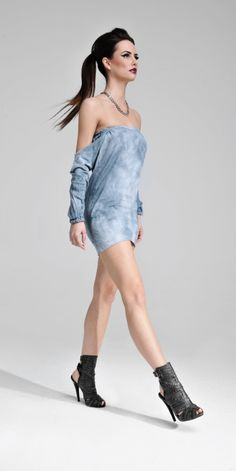 Bawełniana mini w nowoczesnym stylu. Ze względu na swój delikatny materiał sprawdzi się zarówno jako sukienka w upalne dni, a także jako top do krótkich spodenek. Jej oryginalny krój sprawia, że dopasuje się do każdej sylwetki, idealnie eksponując ramiona.  #MODLISHKA
