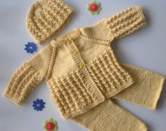 Newborn baby girl knitted outfithomecoming by TwoNeedlesOneMagic
