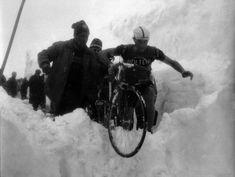 IlPost - I corridori sullo Stelvio nel Giro del 1965. (©lapresse – archivio storico)