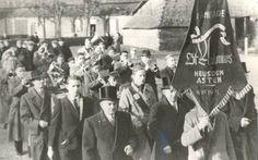 Martien Giebels: Fanfare St. Antonius (Heusden (gem. Asten)). De intocht van Pastoor Klaasen in 1951, op de Voorste Heusden, met op de achtergrond de boerderij van de familie v.d. Pasch.