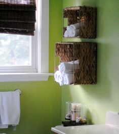 badezimmer-grüne-farbe- originellen-regalen- für weiße tücher - 30 super Ideen für kreative Badezimmergestaltung