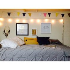 A place for college students to get decoration inspiration, advice, and showcase their own dorm. Dorm Design, Interior Design, Seattle Apartment, Cool Dorm Rooms, Dorm Walls, Dorm Life, Small Space Living, Dorm Decorations, Office Decor