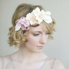 Peinado de novia con diadema de flores para tu boda
