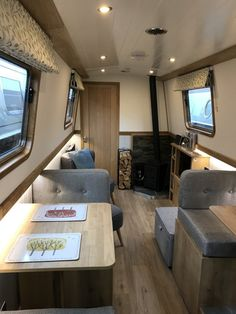 Is it really possible to live on a houseboat?different types of houseboats that are commonly used as fulltime dwellings of vacation homes. Small Space Living, Tiny Living, Small Spaces, Living Spaces, Narrowboat Interiors, Cabin Interiors, Canal Boat Interior, Barge Boat, Houseboat Living