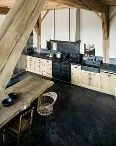 Cuisine contrastée  noire et bois  brut
