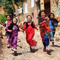 Her çocuk gibi sokağa çıkıp oyun oynamak ister Bombaların nereye düşeceğine aldırmadan Günaydın savaş çocukları #çocuklarölmesin #nowar #çocuklarhepgülsün #peace #durdurzamani #mülteciçocuklar #kadraj_arkasi #bendenbirkare #ig_turkey #ig_heryerde by blgcan #masiva http://masiva.org
