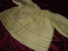 Mais um casaquinho de bebê pronto,feito com lã mais grossa para os meus trabalhos de voluntária.A receita está no blog:www.wishingwasknittin...
