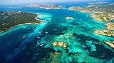 L' Arcipelago della Maddalena è una meta ambita per via delle bellezze naturali incontaminate. L' Arcipelago della Maddalena situato a nord della costa della Sardegna, presso le Bocche di Bonifacio, fa parte del Parco nazionale dell' Arcipelago della Maddalena. Esso comprende circa 62 isole, le più note sono La Maddalena, Caprera, Santo Stefano, Budelli, Santa Maria, Razzoli,