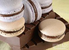 Aqueça o creme de leite e despeje sobre o chocolate. Espere alguns minutos e misture vigorosament...