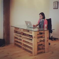 Office Pallet Desk with Glass Top | Pallet Furniture DIY