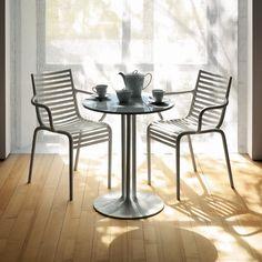 La sedia Pip-e, progettata da Philippe Starck per Driade, è realizzata da un monoblocco impilabile in polipropilene, lavorato come una vera e propria prodezza tecnica. Dalla silhouette sinuosa e confortevole, è leggerissima e unica nel suo genere. Ideale per tutti gli spazi, sia interni che esterni.