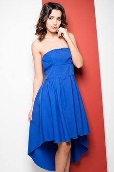 Niebieska sukienka z asymetrycznym dołem