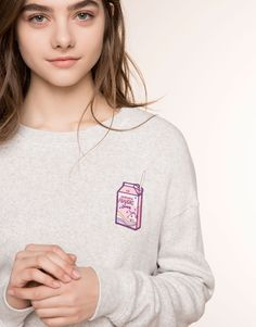 :WHITE SWEATSHIRT WITH FRONTAL PATCH DETAIL
