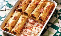 Cannelloni de massa fresca, um prato de forno delicioso, recheado com carne, legumes e queijo.