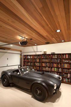 An enlightened man. Matte black Cobra and a unique garage! [] Un hombre ilustrado. AC Cobra negro mate en un espectacular garaje.