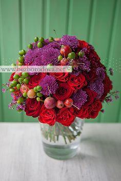 Яркий осенний букет из красных роз с яблоками, зелеными ягодами и хризантемой