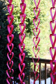 Seriously cute & easy, too. Easy enough for my elementary-age child. Great for Valentines Day, as a counter-down chain until a happy event, as decor for a birthday party, or just because. Well written short tutorial.  heart valentine paper chain DIY by becksorange BIRTHDAY SO DOING SOO!