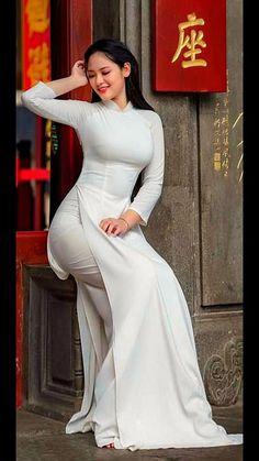 Asian Girl in Vietnamese White Ao Dai Long Dress! Ethno Style, Vietnam Girl, Vietnamese Dress, Vietnamese Traditional Dress, Mode Streetwear, Beautiful Asian Women, Ao Dai, Sexy Asian Girls, Traditional Dresses