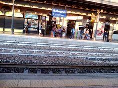 Sono le 6 del mattino e #dietrolalineagialla della Stazione di Bologna c'e' gia' movimento @NicolaCarmignani