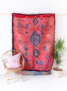 VINTAGE MAROKKAANSE BOUCHEROUITE OURIKA RUG / / DE JADE  handgeweven in de ourika valei, deze vintage schoonheid beschikt over het traditionele berber motief van ruiten, die vertegenwoordigt de baarmoeder, en ogen beschermen tegen kwaad. zijn zachte, shaggy stapel maakt het perfect voor loungen op in uw woonkamer zou, maar het ook een opvallende muur hangen.  -traditionele geometrische berber motieven geweven in de gehele -middelgrote stapel -pony aan beide uiteinden -hand gewassen en…
