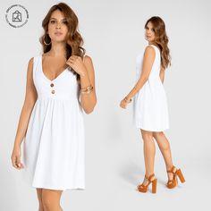 Un vestido corto para disfrutar de un día soleado. Haz clic en la imagen y compra online>> White Dress, Dresses, Fashion, White Gowns, Long Skirts, Minimal Dress, Elegant, Vestidos, Moda