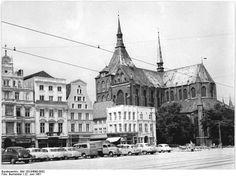 http://www.app-in-die-geschichte.de/document/57573 Zentralbild Burmeister 22.6.1961 Rostock - die Stadt der 4. Ostseewoche 1961 Der Ernst-Thälmann-Platz von den Kolonaden des neuen Postgebäudes aus gesehen.